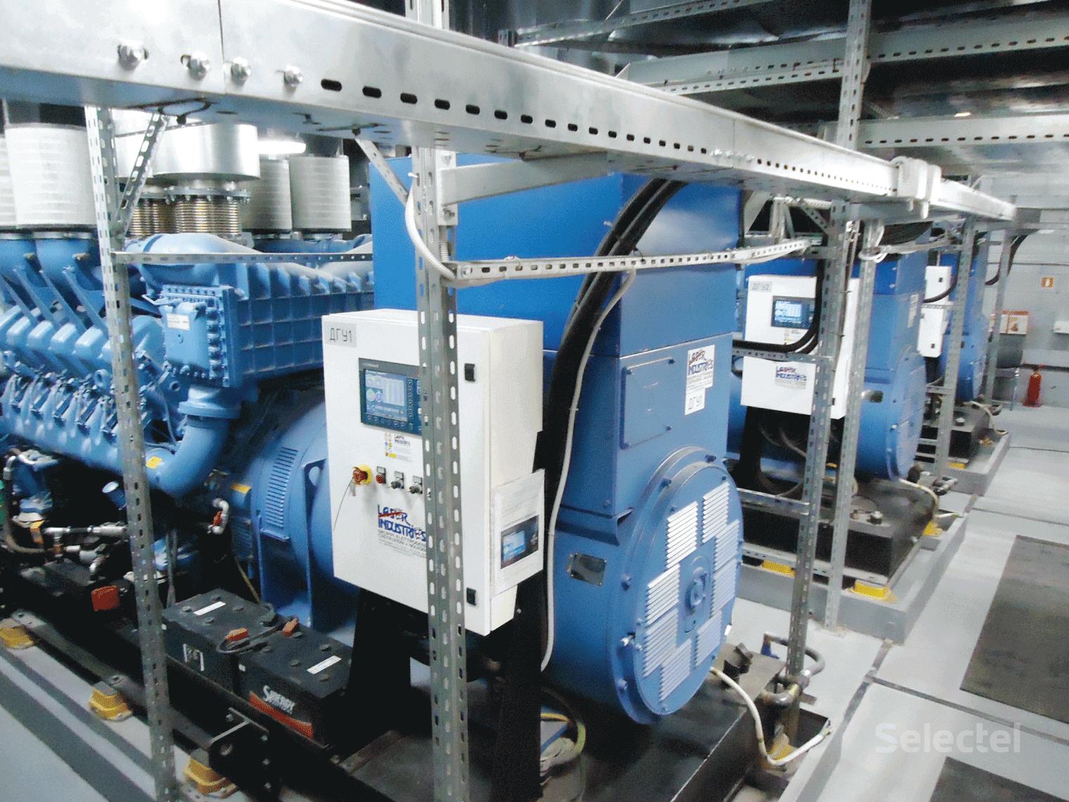 автоматика АВР (автоматического ввода резерва) запускает в отдельном помещении три ДГУ мощностью 1800 кВА каждая,