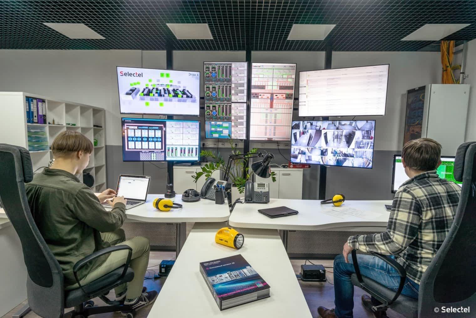 Главный пульте мониторинга параметров электропитания и вентиляции ЦОД